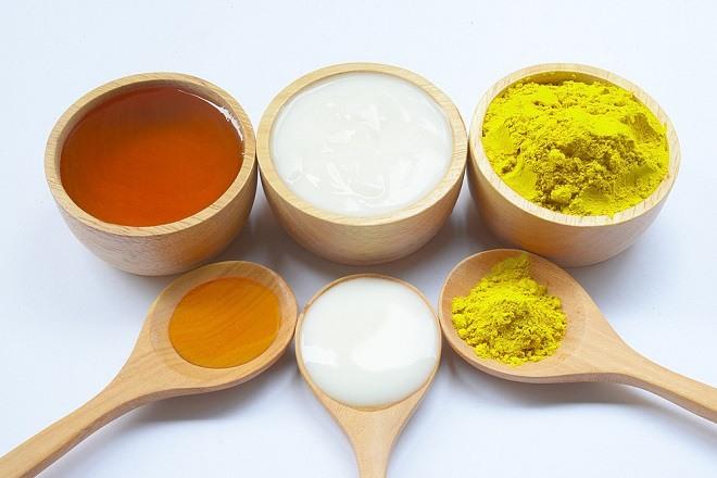 Đắp mặt nạ sữa chua không đường với mật ong hiệu quả sau 2 tuần