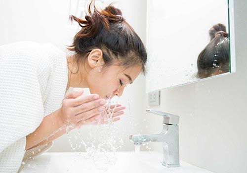 Tẩy nốt ruồi có được rửa mặt không?